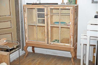 Bild på Vitrinskåp med återbruk i gamla fönster