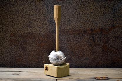 Bild på Ljusstake i råsågad ek med kula
